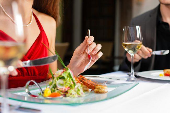 Isi dadea intalnire cu barbati de pe site-uri matrimoniale, doar ca sa manance gratis la restaurant de 3 ori pe saptamana. Dezvaluirile scandaloase ale unei bloggerite