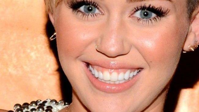 Miley Cyrus, cu vergeturi si colacei. Vedeta de 20 de ani a cam uitat sa mai aiba grija de corpul ei