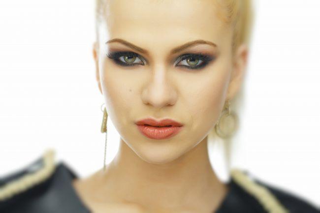 """Cristina Vasiu, fosta concurenta la """"Vocea Romaniei"""", are un nou single. Asculta aici """"Feel ya"""""""