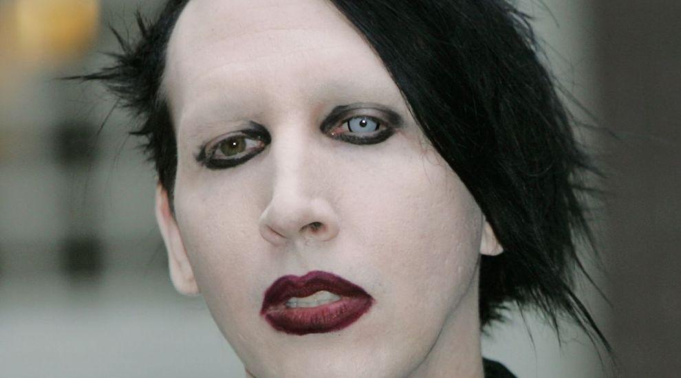Fara machiajul lui strident, pare alt om. Marilyn Manson, asa cum rar ai ocazia sa-l vezi