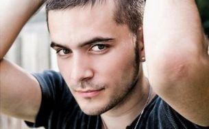 """Cristi Nistor, finalistul Loredanei de la """"Vocea Romaniei"""", are un nou single si un nou look. Asculta aici """"Canta lautare"""""""