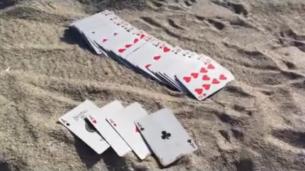 Un truc cu carti care se poate face numai pe nisip. N-are cum sa nu-ti iasa din prima: e super simplu, dar efectul e WOW: VIDEO