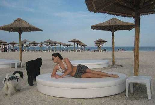 Casnica  pe nisipul fierbinte. Ana Nicoleta Matea a atras toate privirile intr-un costum de baie minuscul