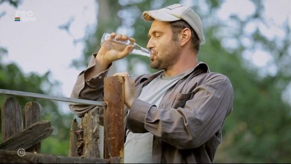 A baut, oare, atata alcool? Adrian Vancica, interpretul lui Celentano, a consumat la filmari 400 de litri de bauturi. Adevarul despre ce era in sticle