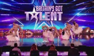 """Cel mai bun numar de cabaret, pe scena de la """"Britain's Got Talent"""". Un jurat si-a dat palme, altul a uitat sa respire cand au vazut cum erau imbracate fetele"""