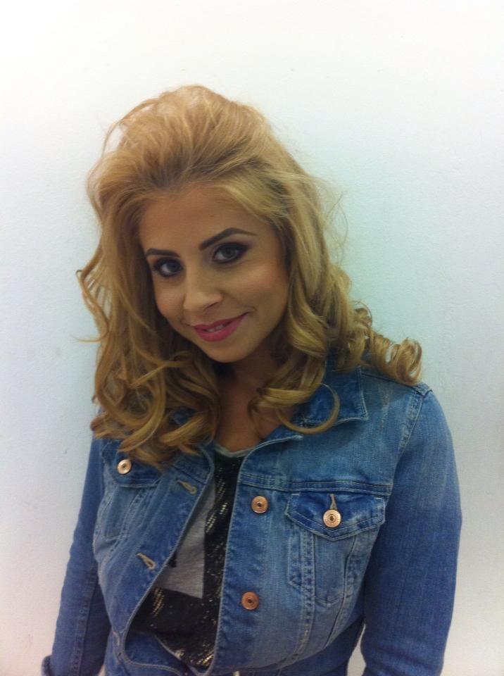 Shakira de Romania  s-a reinventat si e complet schimbata. Cat de sexy este frumoasa cantareata la piscina, intr-un costum de baie care ii flateaza formele