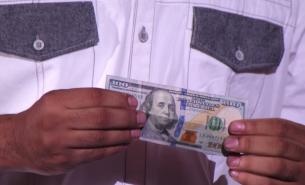 Un numar de magie fenomenal, chiar sub ochii uimiti ai juratilor. Un fost militar transforma bancnotele de 1 $ in unele de 100 de $, apoi le face sa dispara