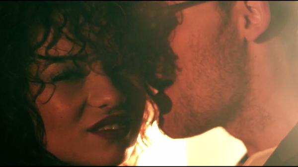 """Un fost concurent de la """"Vocea Romaniei"""" da lovitura cu cel mai HOT videoclip al verii. O domnisoara imbracata sumar atrage privirile tuturor - Da-i PLAY"""