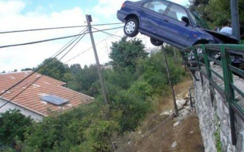 Cele mai stupide accidente de masina. Nimeni nu a reusit sa explice ce s-a intamplat