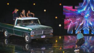 """Este cel mai socant numar de la """"America's Got Talent"""". Un batranel 1.62 m si 93 de ani trage cu dintii o camioneta de 2 tone. Juratii au stat ca pe ace"""