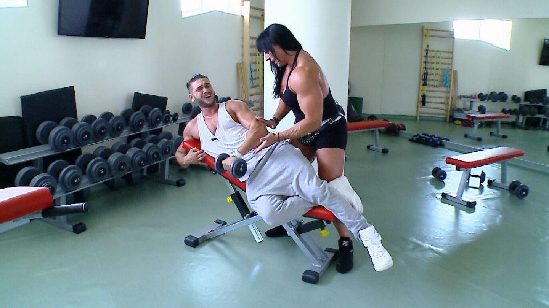 Dorian Popa, la sala cu femeia pe care niciun barbat nu vrea sa o supere. Cum s-a descurcat artistul la tras de fiare alaturi de Doamna Dulap