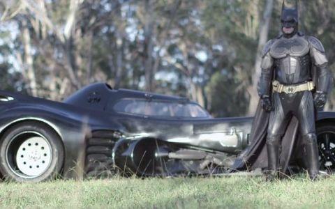 El este super eroul zilelor noastre. Un barbat a construit o versiune a masinii lui Batman si le-a adus zambetul pe buze unor copii bolnavi in faza terminala