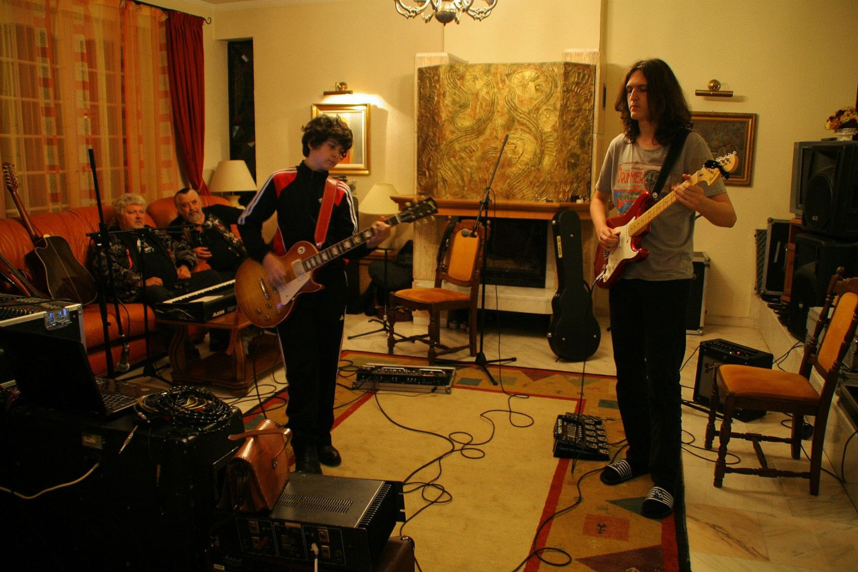 Iti amintesti de Andrei Cerbu, chitaristul-minute de la  Romanii au Talent ? Tanarul isi continua visul alaturi de trupa Phoenix in  Vino, Tepes!