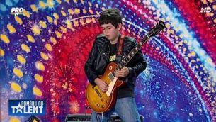"""Iti amintesti de Andrei Cerbu, chitaristul-minute de la """"Romanii au Talent""""? Tanarul isi continua visul alaturi de trupa Phoenix in """"Vino, Tepes!"""""""