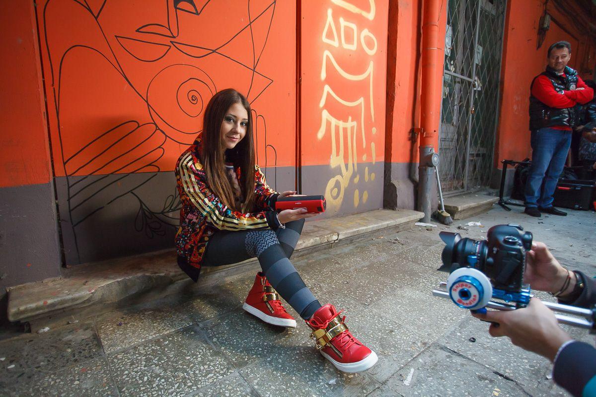 Nicole Cherry lanseaza un nou videoclip,  Fata naiva . Asculta aici cea mai noua piesa a artistei. Da-i PLAY