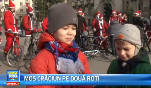 30 de Mos Craciuni pe bicicleta au impartit dulciuri copiilor craioveni. Mesajul pe care au vrut sa-l transmita organizatorii