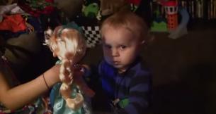 """Pare inca un filmulet cu un copil care danseaza, dar chiar merita vazut. Ce face un bebelus cand aude pentru prima data melodia """"Let It Go"""""""