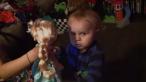 Pare inca un filmulet cu un copil care danseaza, dar chiar merita vazut. Ce face un bebelus cand aude pentru prima data melodia  Let It Go