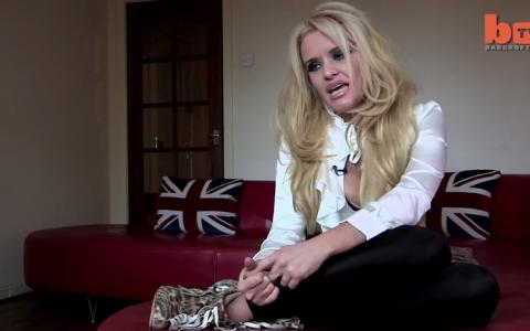 A cheltuit 30.000 de dolari ca sa arate ca Pamela Anderson. Povestea de viata a unei femei care a urmat dorinta tatalui