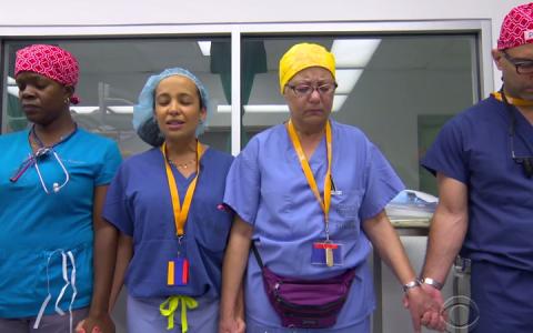 Acesti doctori si-au facut rugaciunea inainte de operatie. Ce s-a intamplat cateva ore mai tarziu a fost incredibil
