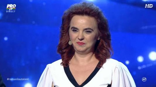 "Romanii au talent 2015 - Finala: Carmen Cernea - Interpretare emotionanta pe scena ""Romanii au talent"""