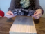 Merita incercat! Aceasta femeie pune o fotografie cu fata in jos pe o bucata de lemn, iar rezultatul este genial