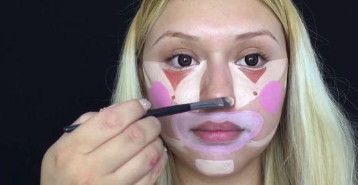 La prima vedere pare ca si-a pictat pe fata o masca de clovn, insa rezultatul final te va lasa fara cuvinte - VIDEO