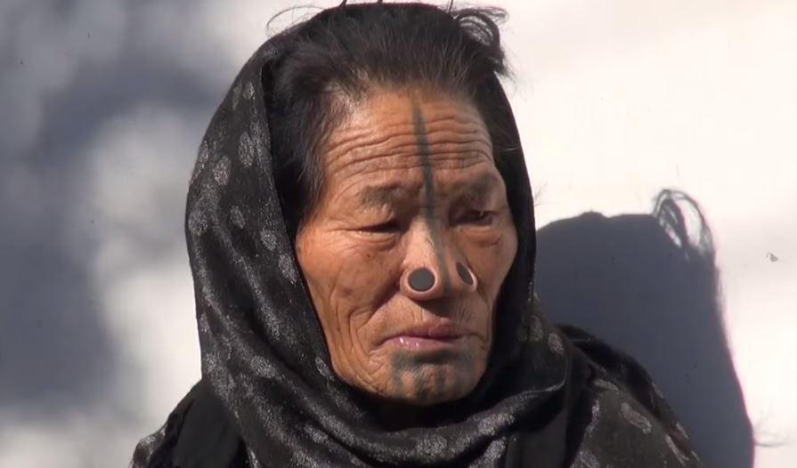 Tribul in care femeilor li se pun dopuri in nas. Care este motivul pentru aceasta practica inedita