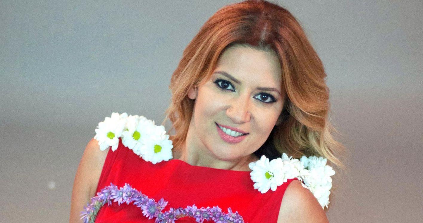 Amalia Enache a imbracat o rochie cusuta cu flori naturale pentru Vorbeste lumea