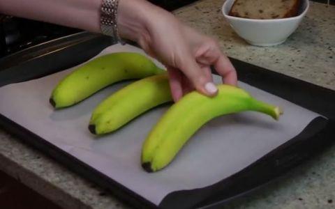 A pus trei banane intr-o tava si le-a bagat in cuptor pentru 40 de minute. Rezultatul final, util oricarei gospodine