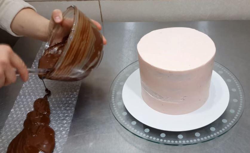 Arata ca un tort normal, dar atunci cand incepe sa il decoreze totul se schimba. Rezultatul este genial