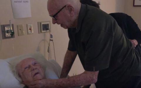 Emotie pura! Un barbat de 92 de ani ii canta sotiei aflate pe patul de spital. Imaginile care au facut inconjurul lumii