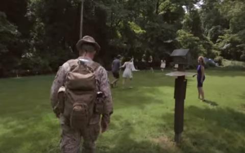 In 36 de secunde magia s-a intamplat! Invitatii de la o nunta au ramas uimiti cand au vazut ca un soldat ii urmareste