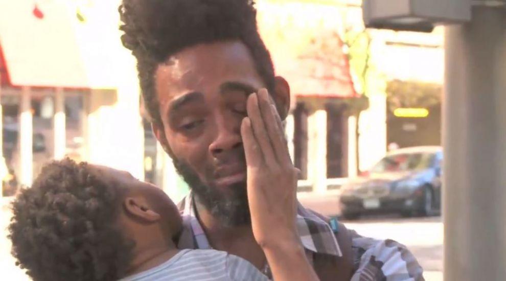 Un tata fara adapost a fost oprit pe strada de un necunoscut. O simpla intrebare adresata de el i-a adus lacrimi in ochi