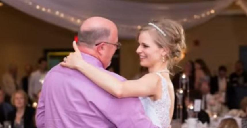 Un invitat misterios conduce mireasa in ringul de dans. Cand realizeaza cine e, invitatii nu isi pot stapani lacrimile