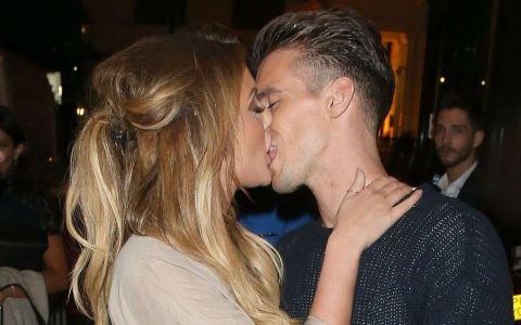 S-au sarutat in mijlocul strazii. Cat de bine arata vedeta care a facut senzatie intr-o rochie extrem de scurta