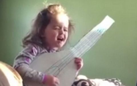 Are doar 6 ani si stie in intregime versurile hitului  Hello . Interpretarea pe care si Adele ar ascultat-o cu placere