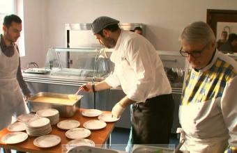 Chef Adrian Hadean si Chef Patrizia au pregatit un pranz savuros pentru zeci de oameni nevoiasi