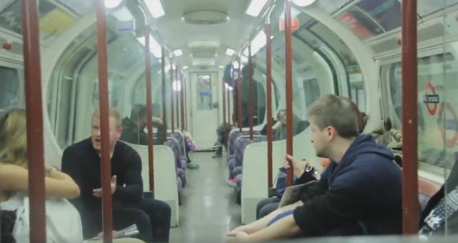O mama isi alapta bebelusul in metrou. Reactia violenta a barbatului de langa ea a indignat o lume intreaga