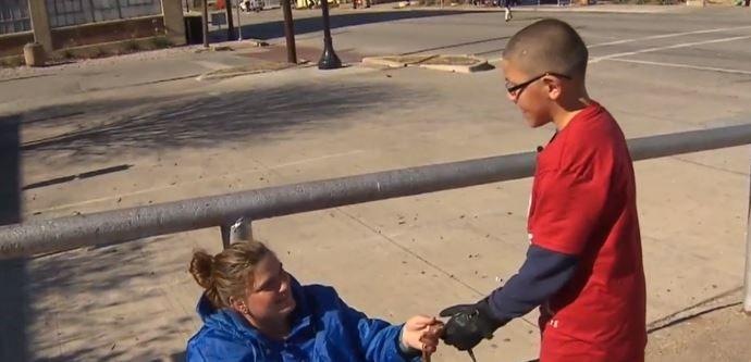 Un baietel de doar 9 ani i-a oferit unei femei fara adapost o poseta veche. Gestul sau l-a transformat intr-un mic erou