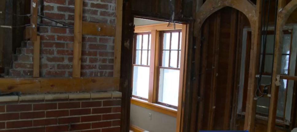 S-au apucat sa isi renoveze casa, dar ce au gasit ascuns in spatele unui perete i-a luat prin surprindere