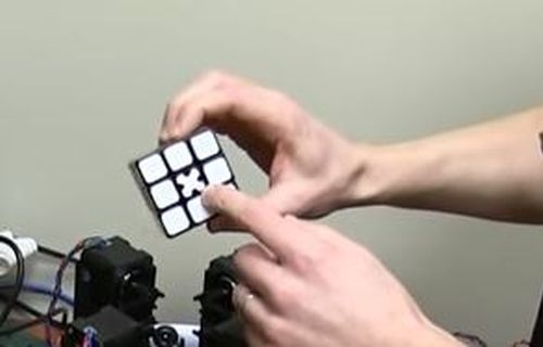 Au reusit sa faca un cub Rubik intr-o secunda! Ce au facut doi tineri care vor sa bata recordul mondial