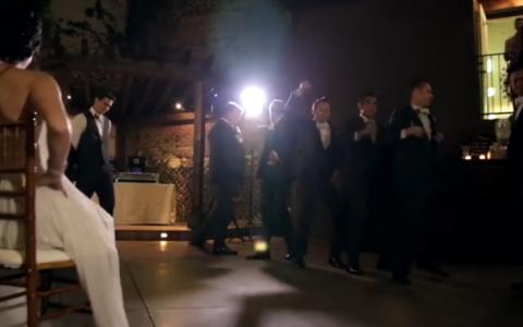 Cavalerii de onoare au asezat mireasa in centrul ringului. Dansul de nunta pe care invitatii nu il vor uita prea curand