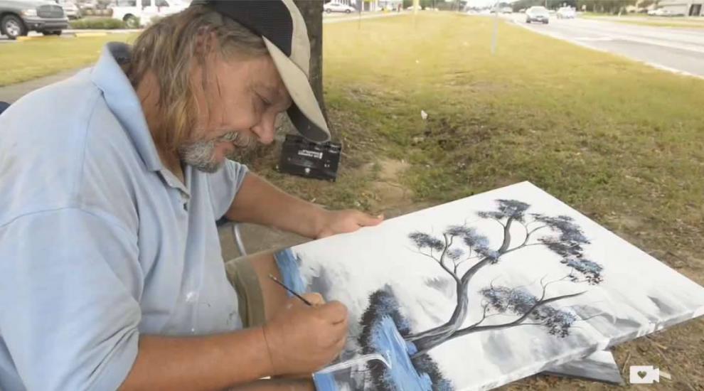 Este om al strazii, picteaza si isi vinde operele de arta. Ce face cu banii este o lectie de viata pentru noi toti