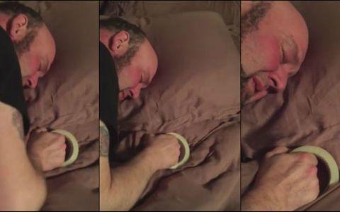 Este om in toata firea, dar sotia l-a surprins dormind asa. Motivul amuzant pentru care tine banda adeziva langa el