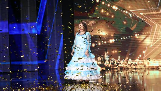 "Romanii au talent 2016: Elena Lucia Badut - Interpreteaza piesa ""Once Upon a December"""