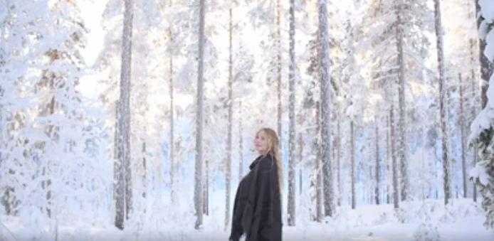 O femeie paseste incet printre copacii unei paduri inzapezite. Ce se intampla in secunda urmatoare