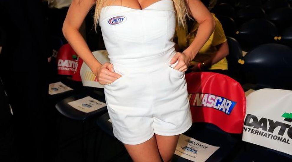 Aparitie sexy pentru blonda cu bust natural si chip fotogenic. Cum a aparut intr-o salopeta minuscula, cu John Cena