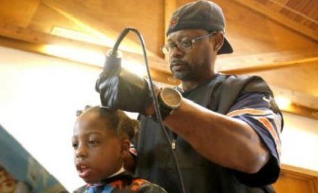 Barbatul din imagine tunde gratis orice copil merge in salonul lui. Motivul, incredibil. Ce le cere clientilor sai