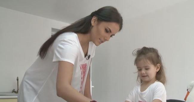"""Nicolle Stanese, gazda emisiunii """"Bake Off Romania"""", patiser de meserie pentru fiica sa. Ce deserturi gatesc cele doua"""
